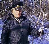 シベリア人参を手のもつ森林監視員。